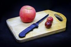 Manzanas y ciruelos fotos de archivo