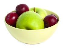 Manzanas y ciruelos lavados en la placa Fotografía de archivo