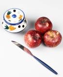 Manzanas y cuchillo aislados en el fondo blanco Imagen de archivo libre de regalías