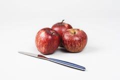 Manzanas y cuchillo aislados en el fondo blanco Fotografía de archivo