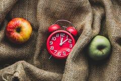 Manzanas y despertador imágenes de archivo libres de regalías