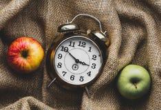 Manzanas y despertador fotos de archivo libres de regalías
