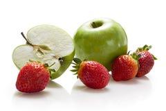 Manzanas y fresas imagen de archivo