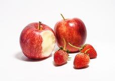 Manzanas y fresas en el fondo blanco Foto de archivo