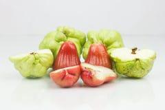 Manzanas y guayaba del agua imagen de archivo
