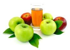Manzanas y jugo verdes, rojos. Imagen de archivo