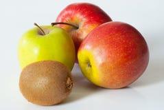 Manzanas y kiwi Fotos de archivo
