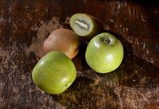 Manzanas y kiwi verdes Imagenes de archivo
