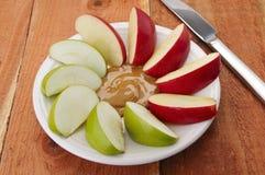 Manzanas y mantequilla de cacahuete Fotos de archivo libres de regalías