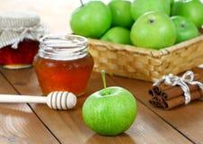 Manzanas y miel en tarros imagen de archivo