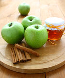 Manzanas y miel verdes. Foto de archivo libre de regalías