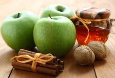 Manzanas y miel verdes. imágenes de archivo libres de regalías