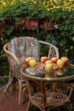 Manzanas y nueces en el escritorio Fotografía de archivo libre de regalías