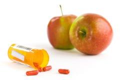 Manzanas y píldoras Fotografía de archivo libre de regalías