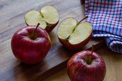 Manzanas y paño reales de la gala en fondo de madera con el copyspace fotografía de archivo