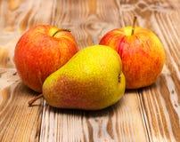 Manzanas y peras Imagenes de archivo