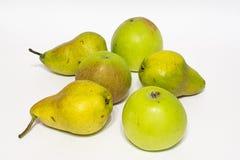 Manzanas y peras Aislado Imagen de archivo
