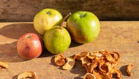 manzanas y peras con frutos secos imagen de archivo libre de regalías
