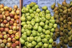 Manzanas y peras en el mercado Imagen de archivo libre de regalías