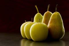 Manzanas y peras en luz de la mañana imagen de archivo libre de regalías
