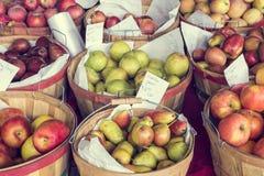 Manzanas y peras para la venta Imágenes de archivo libres de regalías
