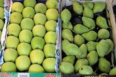Manzanas y peras verdes, para la venta en el mercado del ` s del granjero, Grecia Fotografía de archivo