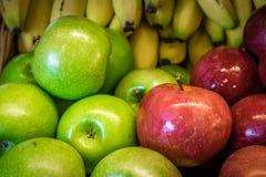 Manzanas y plátanos Fotos de archivo libres de regalías