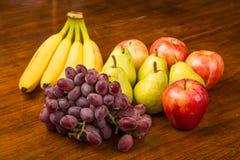 Manzanas y plátanos de las peras de uvas imágenes de archivo libres de regalías