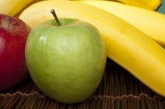 Manzanas y plátanos rojos y verdes Imagenes de archivo
