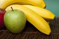 Manzanas y plátanos rojos y verdes Imagen de archivo libre de regalías