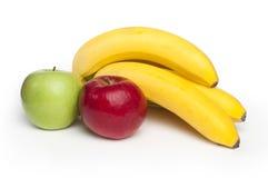 Manzanas y plátanos rojos y verdes Imágenes de archivo libres de regalías