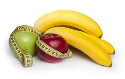 Manzanas y plátanos rojos y verdes Foto de archivo