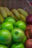 Manzanas y plátanos verdes, rojos Imágenes de archivo libres de regalías