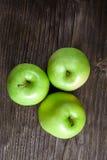 manzanas y rebanadas verdes maduras de la manzana Imágenes de archivo libres de regalías