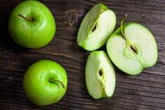 manzanas y rebanadas verdes maduras de la manzana Foto de archivo