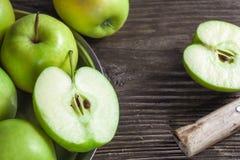 manzanas y rebanadas verdes maduras de la manzana Fotografía de archivo libre de regalías