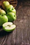 manzanas y rebanadas verdes maduras de la manzana Imagenes de archivo
