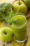 Manzanas y smoothie del bróculi imagenes de archivo