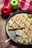 Manzanas y tarta de manzanas adornada con el azúcar de formación de hielo Fotografía de archivo