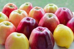 Manzanas y un limón fotografía de archivo libre de regalías