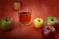 Manzanas y un vidrio de Fotos de archivo libres de regalías