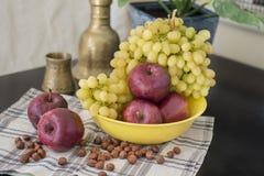 Manzanas y uvas. Foto de archivo