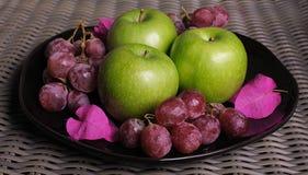 Manzanas y uvas 4 Imagen de archivo libre de regalías