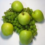 Manzanas y uvas - belleza y ventaja, gusto y salud, una fuente inagotable de vitaminas foto de archivo