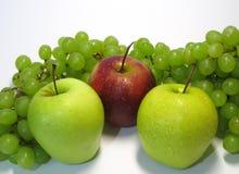 Manzanas y uvas - belleza y ventaja, gusto y salud, una fuente inagotable de vitaminas imagen de archivo libre de regalías