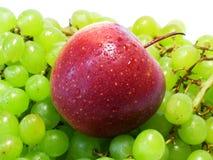 Manzanas y uvas - belleza y ventaja, gusto y salud, una fuente inagotable de vitaminas fotos de archivo libres de regalías