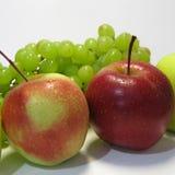 Manzanas y uvas - belleza y ventaja, gusto y salud, una fuente inagotable de vitaminas fotografía de archivo