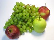 Manzanas y uvas - belleza y ventaja, gusto y salud, una fuente inagotable de vitaminas foto de archivo libre de regalías
