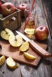 Manzanas y zumo de manzana maduros rojos Imagenes de archivo