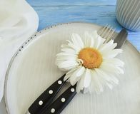 Manzanilla, placa, bifurcación, abastecimiento del cuchillo de la celebración en un fondo de madera azul Imágenes de archivo libres de regalías